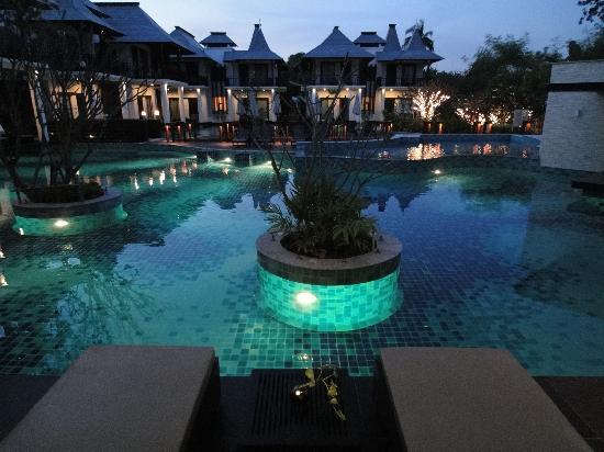 ゼット スルー バイ ザ ザイン, 夜のプールはライトアップされて素敵です。