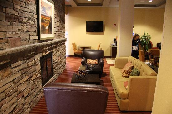 Holiday Inn Express & Suites Napa Valley - American Canyon: Fireplace in Breakfast Area
