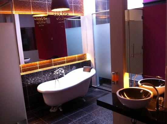 J Hotel : open concept bathroom
