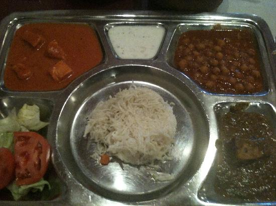 Tandoori Kona : Lunch special: butter chicken, spinach and peas, and chick peas