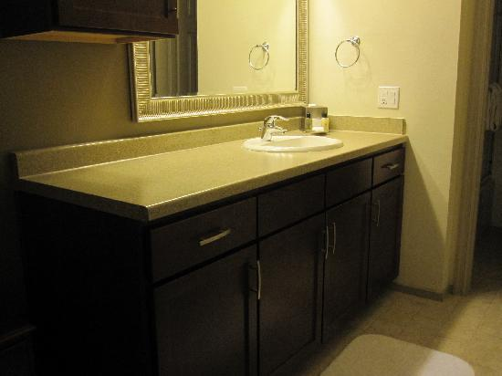 Oakwood Falls Church: Updated vanity w/ granite counter.