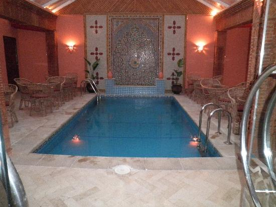 Corail Hotel : pool in the lobby