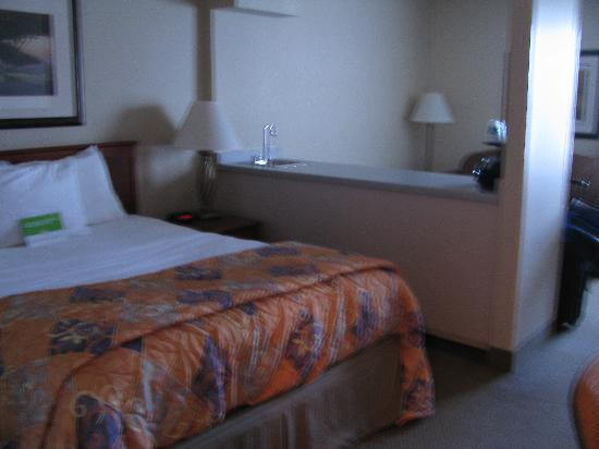 La Quinta Inn & Suites Appleton College Avenue: Queen bed