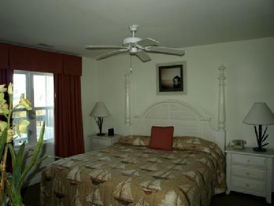 Peppertree Resort: Master bedroom with view of balcony and ocean