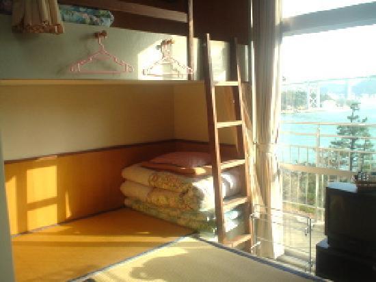 Shimonoseki City Hinoyama Youth Hostel: それぞれのベッドがカーテンで仕切られた8名定員の寝室です。