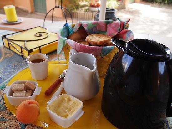 Chambres d'Hotes Mme DAYOT: homemade peach jam~soooo good..
