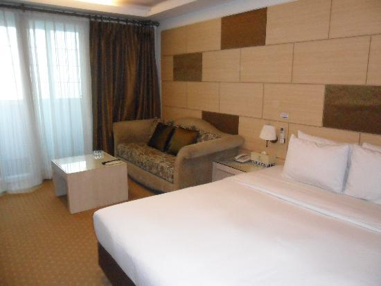 Metro Tourist Hotel: bedroom