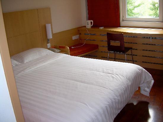 Ibis Beijing Dongdaqiao: Bed