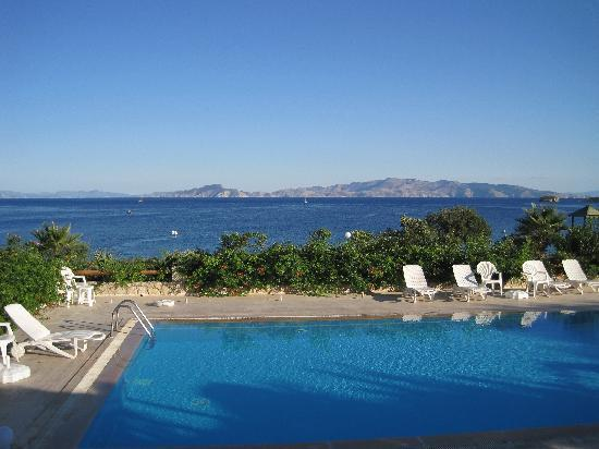 Uslu Apart Otel: Uslu pool and view of Symi
