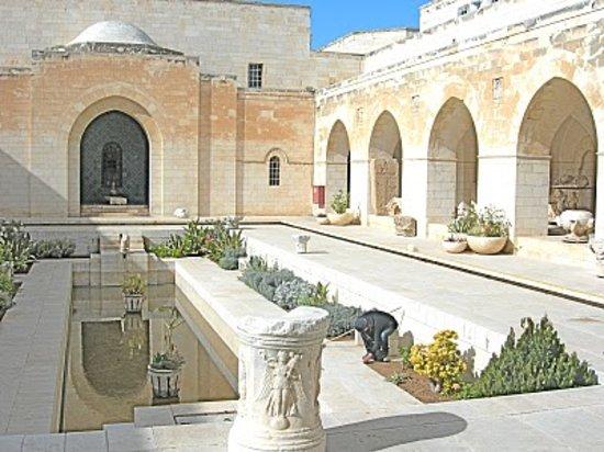 Rockefeller Archeological Museum: Rockefeller Museum courtyard