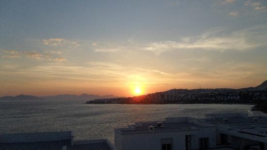 Xanadu Island Hotel : Sunset Over The Bay