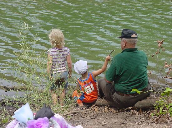 Deer Creek Lodge: Grandpa teaches even the littlest to fish