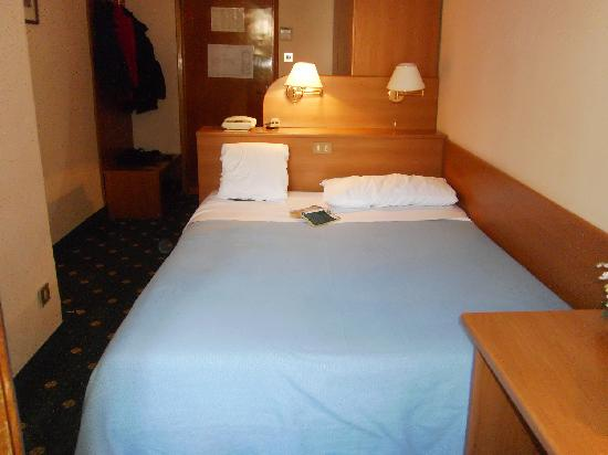 Hotel Helvetia: Double room which feels like half a room