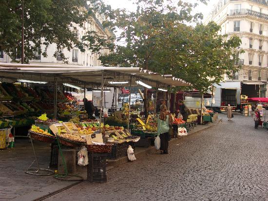 Hotel de l'Esperance : Mercato giornaliero nella piazza attigua all'albergo