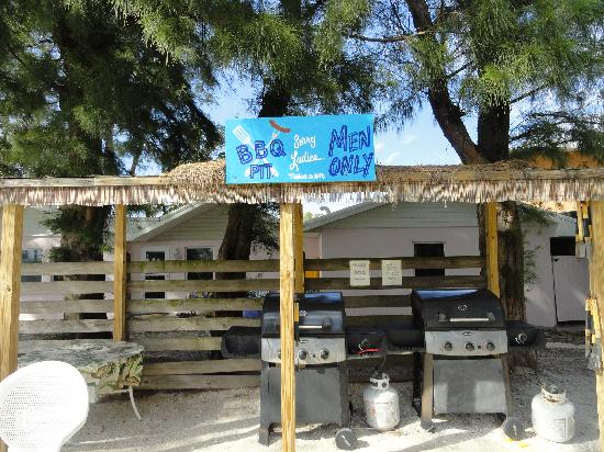 Cedar Cove Resort & Cottages: The BBQ area