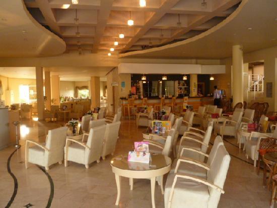 Sea Pearl Hotel: The lobby