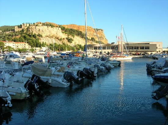 le port de cassis picture of le cap cassis tripadvisor. Black Bedroom Furniture Sets. Home Design Ideas