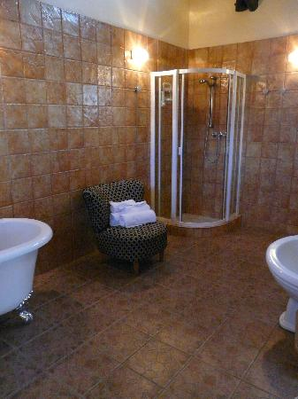 Sea Breeze Guesthouse: The huge bathroom (part 2!)