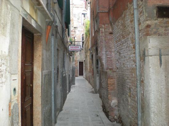 Locanda Cavanella: hotel alley