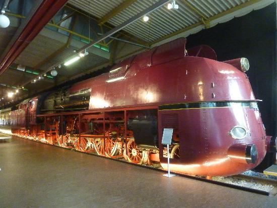 DB Museum (German Railway Museum): rote Dampflok