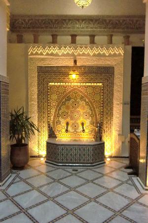 Riad Adarissa: Fontaine de l'accueil du Riad