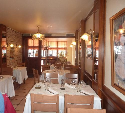 Le P'tit Montmartre : Part of the inside of the restaurant