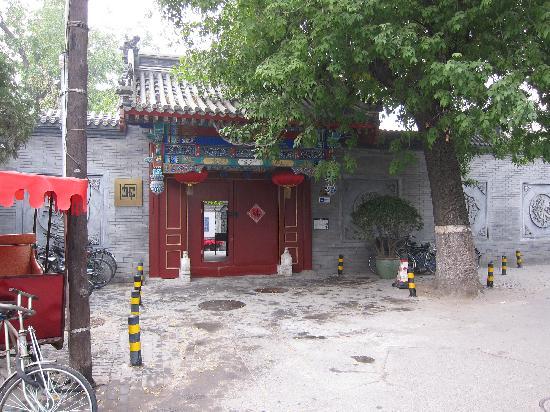 Hotel Cote Cour Beijing: The door to old Beijjing