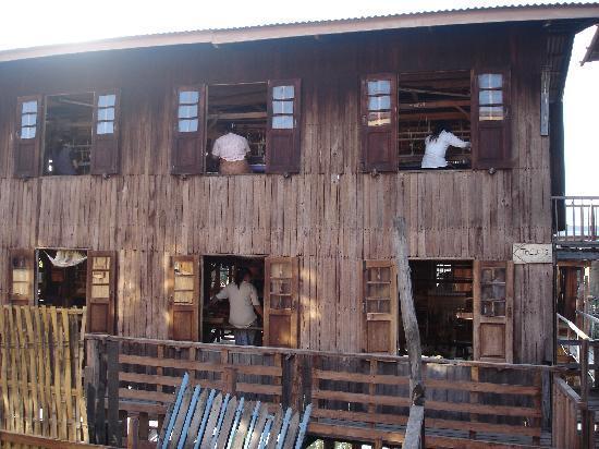 Birmanie (Myanmar) : Factoría de confección de seda en el lago Ynle.
