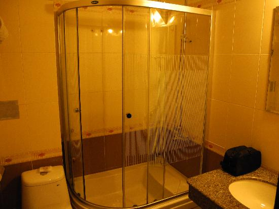 Hôtel Sea Stars : Outdated shower that wouldn't drain