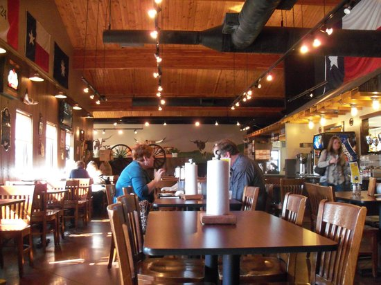 Hickory River Smokehouse : The dining room