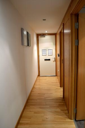 Staycity Aparthotels West End: Front Door and Hallway