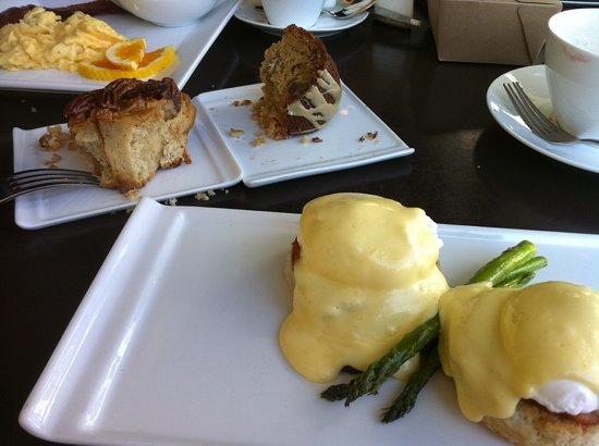 Posana : Eggs benedict, sticky bun, coffee cake, etc