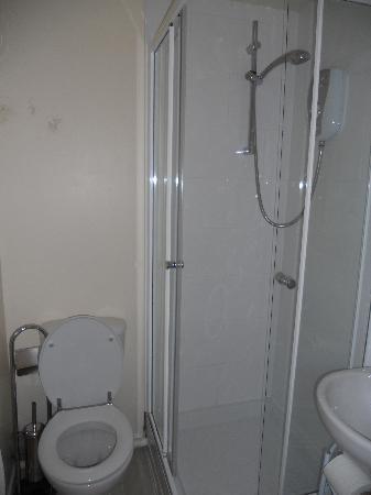 Acacia Guesthouse: Bathroom