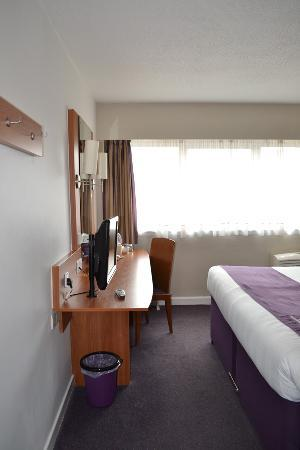 Premier Inn Glasgow City Centre (Argyle Street) Hotel: View of bedroom from doorway