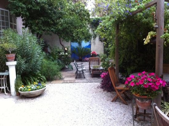 Nice Garden Hotel: Cozy garden presents an oasis of calm for guests.
