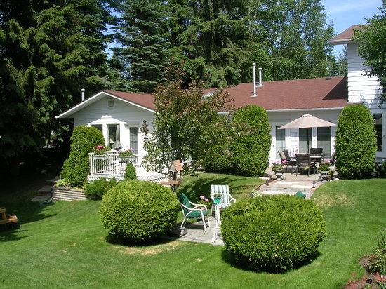 Ridgeview Gardens Bed and Breakfast: Back Garden