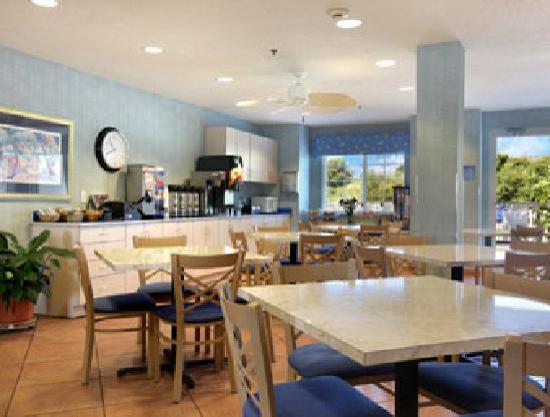 Microtel Inn & Suites by Wyndham Carolina Beach: Lobby and breakfast area