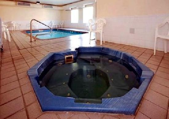 Quality Inn & Suites: Jacuzzi and Pool