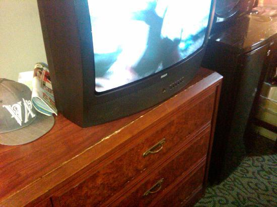 Vagabond Inn - San Diego Airport Marina: Furniture worn/TV small