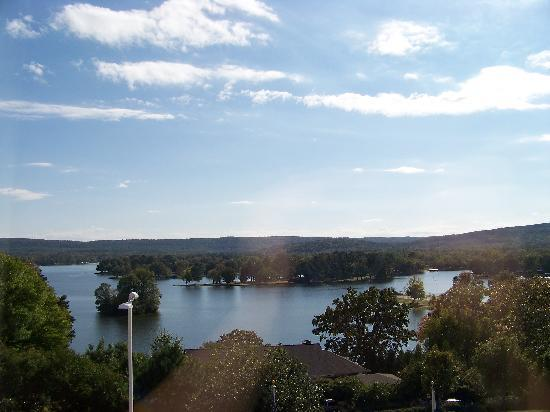 Staybridge Suites Hot Springs : View of the Lake Hamilton from our room on the 4th floor (faces parking & front of hotel).