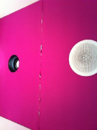 โรงแรมรูมเมท เอ็มมา: techo del baño