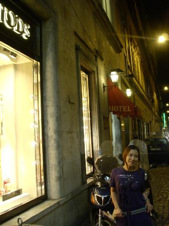 La Lumiere di Piazza di Spagna: Tods right beside the hotel :)