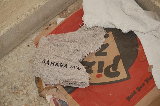 Hotel Sahara Inn : ordure a l'entrer sur les escaliers