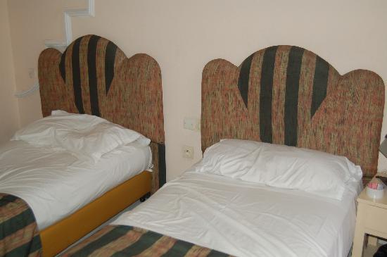 Hotel Sahara Inn: chambre exegue
