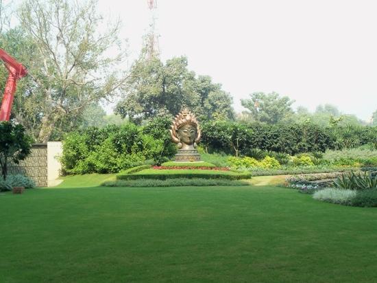 The Leela Palace New Delhi: garden
