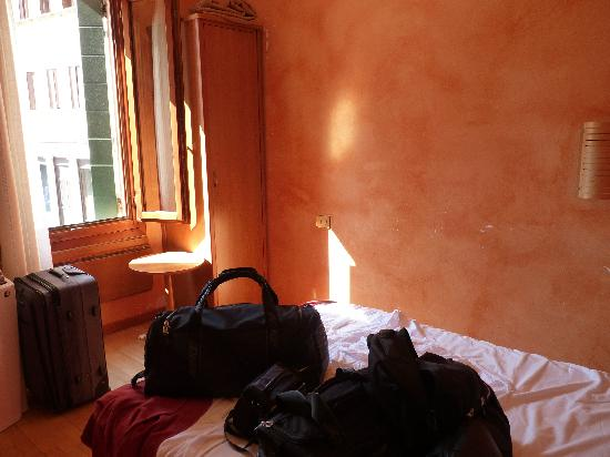 Hotel San Geremia: habitacion pequeña con ventana a la calle