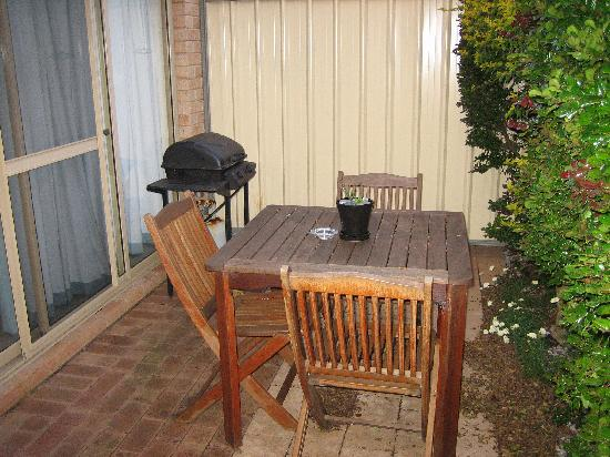 Augusta Molloy Motel : Courtyard with BBQ