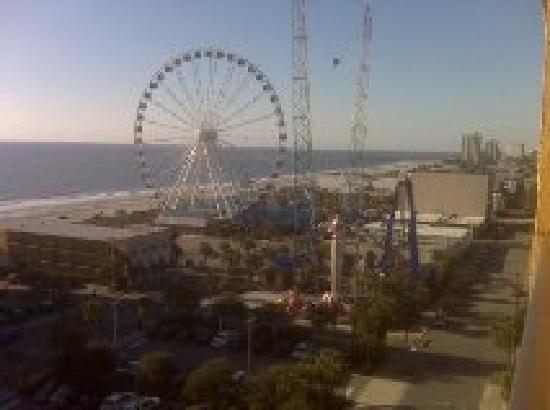 Aqua Beach Inn: daylight view of skywheel