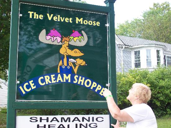 Rosewood Country Inn: Go see the Moose for a Delicous Dish of Ice Cream