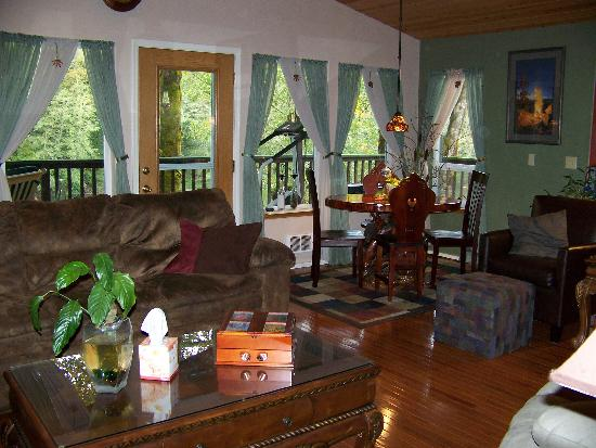 Daybreak Haven B&B: kick back in the main room, overlooks the river